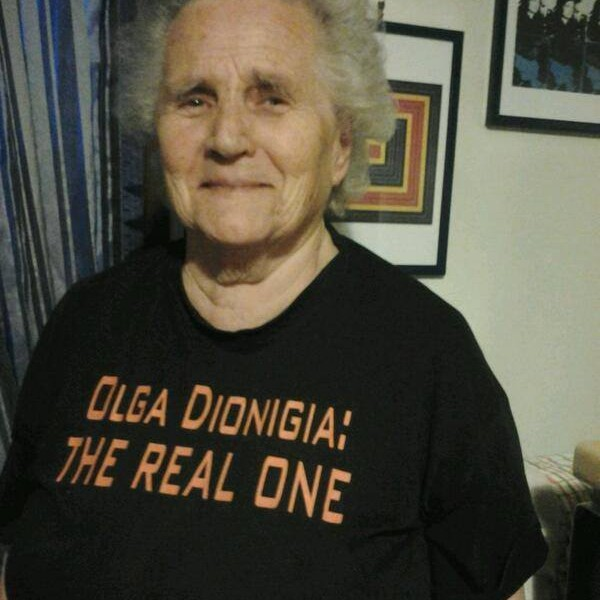 Nonna Olga Dionigia con la maglietta The real one