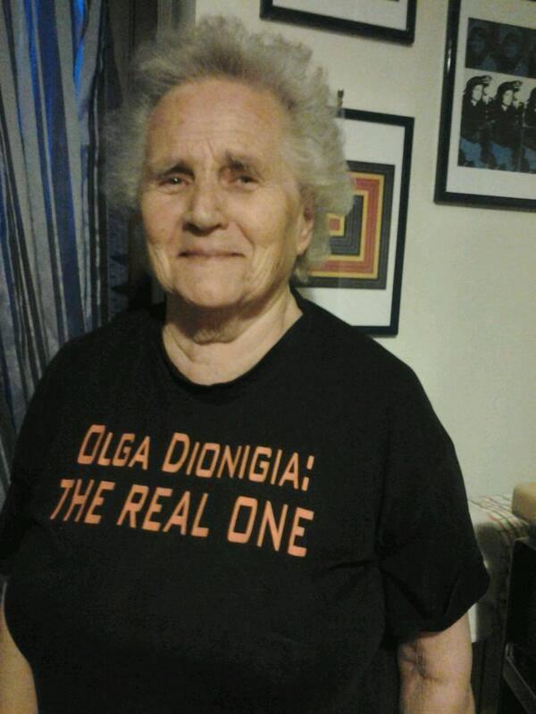 Nonna Olga Dionigia con la maglietta The real one